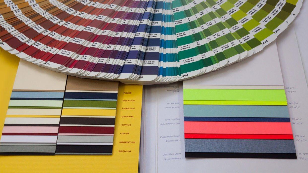 Pantonefächer und Papiermuster